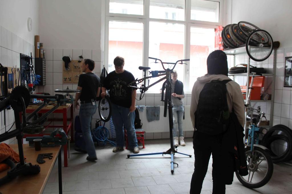 Lehrkraft Martin Bollig ist ein geübter Schrauber und auch privat ein Motorrad-Fan.